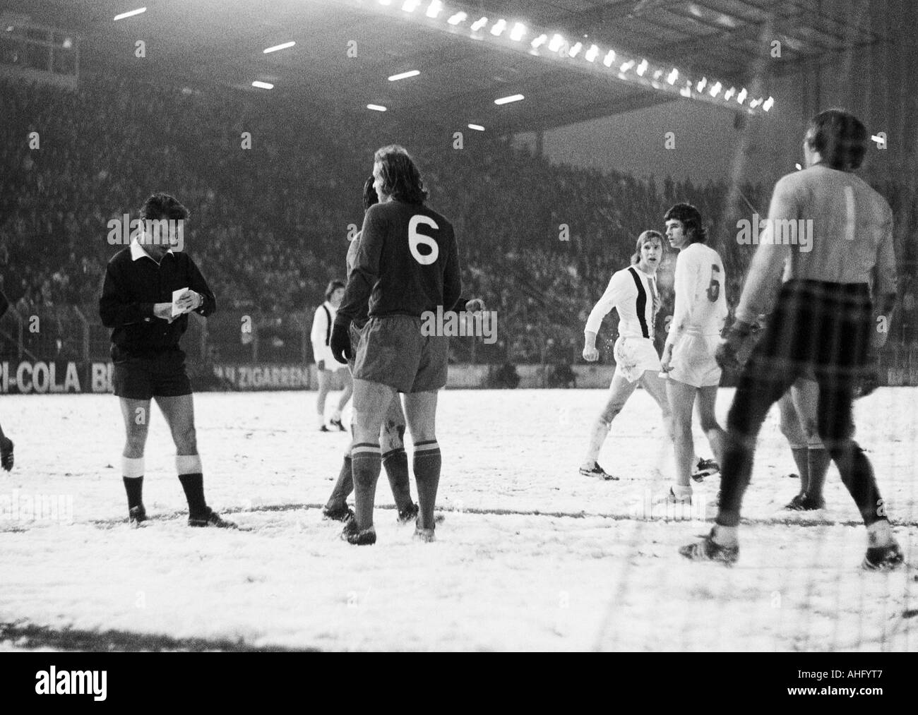 football, DFB Cup, eighth final, 1973/1974, Borussia Moenchengladbach versus Hamburger SV 2:2 after extra time, Boekelberg Stadium in Moenchengladbach, game on snow ground, scene of the match, time-out after a foul play, f.l.t.r. referee Dieter Berner fro - Stock Image