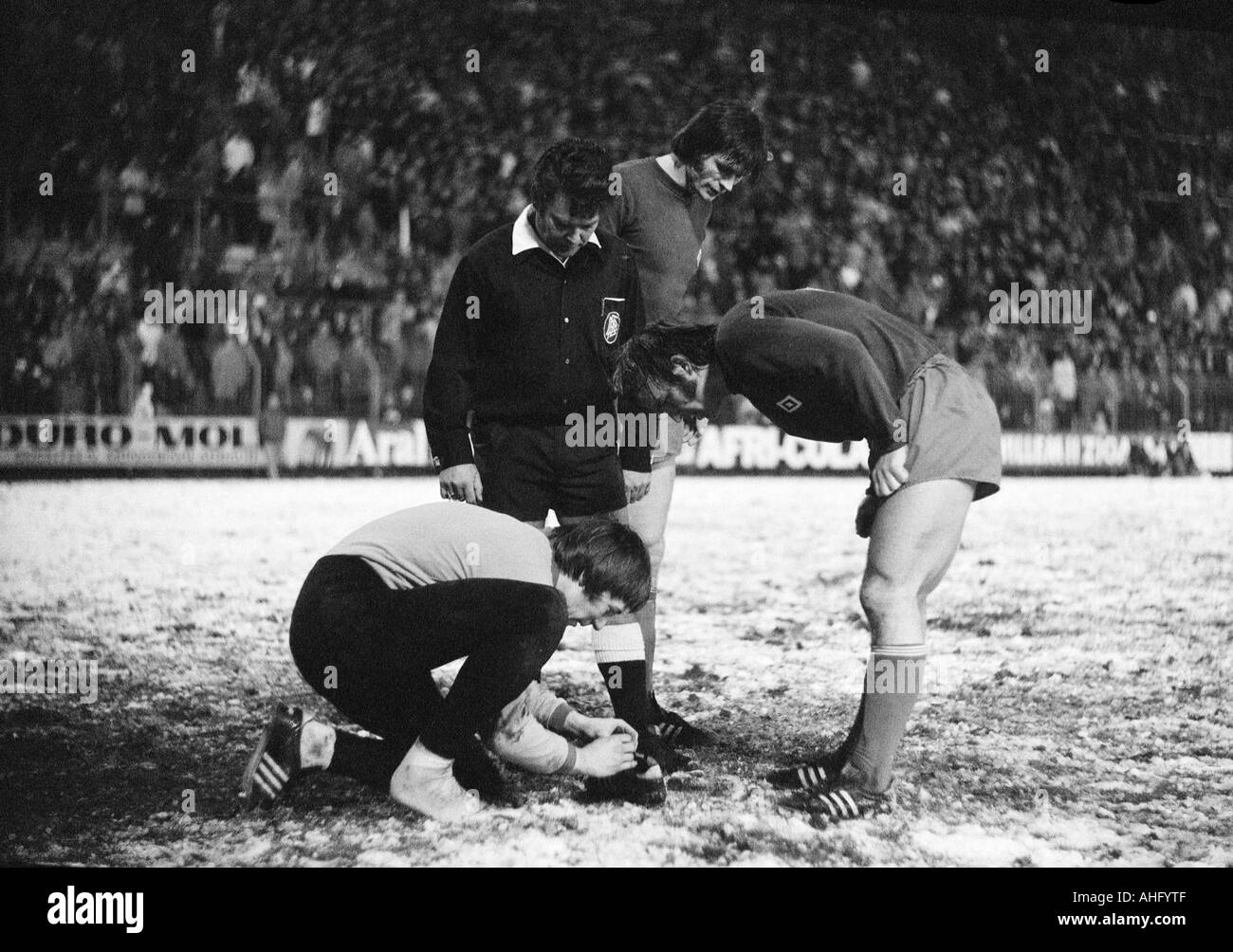 football, DFB Cup, eighth final, 1973/1974, Borussia Moenchengladbach versus Hamburger SV 2:2 after extra time, Boekelberg Stadium in Moenchengladbach, game on snow ground, scene of the match, time-out, keeper Rudolf Kargus (HSV) crouches and repairs his - Stock Image