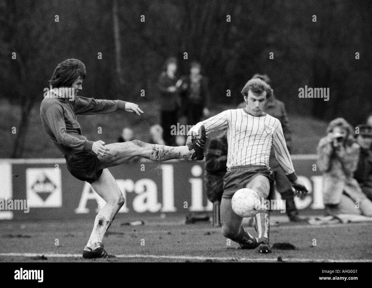 football, Regionalliga West, 1973/1974, Lohrheide Stadium in Bochum-Wattenscheid, SG Wattenscheid 09 versus Sportfreunde Siegen 4:2, scene of the match, duel between Ewald Hammes (09) left and Reinhold Matthes (Siegen) - Stock Image