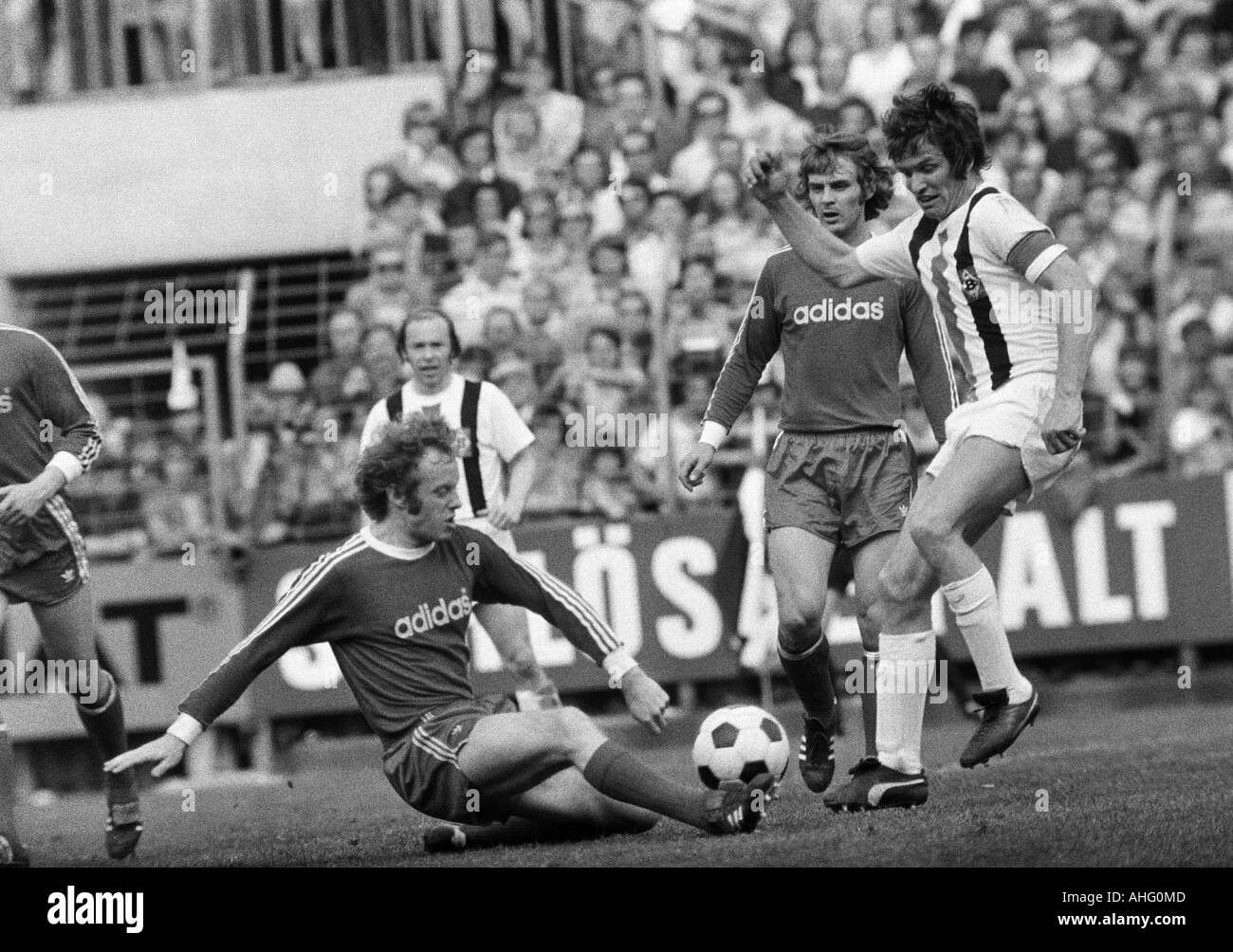 football, Bundesliga, 1973/1974, Borussia Moenchengladbach versus FC Bayern Munich 5:0, Boekelberg Stadium, scene of the match, f.l.t.r. Johnny Hansen (FCB), Bernd Rupp (MG), Rainer Zobel (FCB), Jupp Heynckes (MG) - Stock Image
