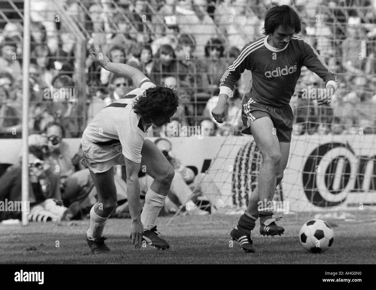 football, Bundesliga, 1973/1974, Borussia Moenchengladbach versus FC Bayern Munich 5:0, Boekelberg Stadium, scene of the match, duel between Jupp Heynckes (MG) left and Jupp Kapellmann (FCB) - Stock Image