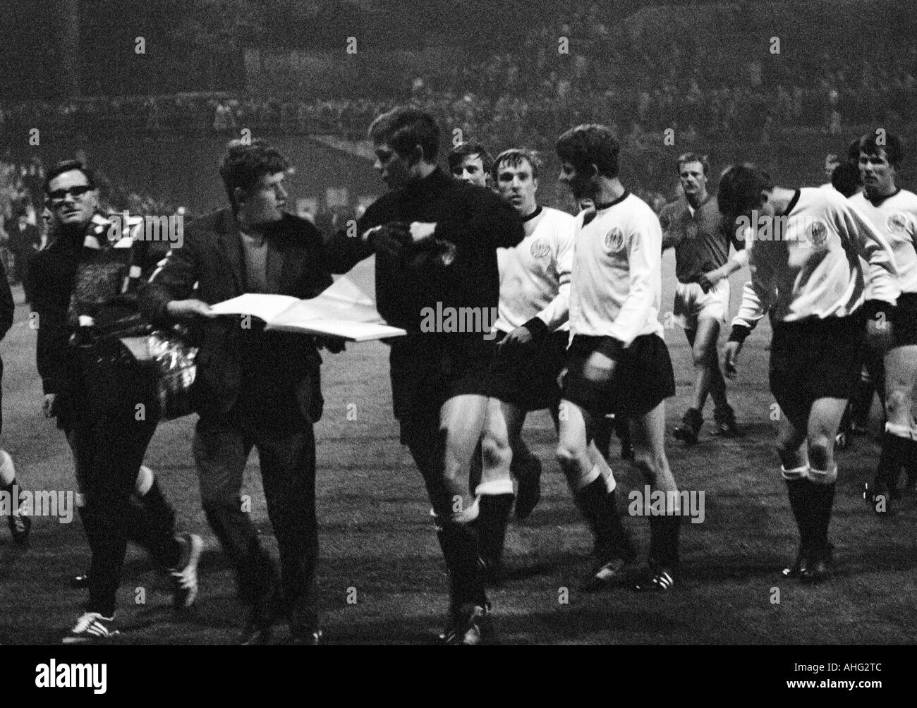 football players, a young football fan asks keeper Volker Danner (middle) for an autograph, the remaining German players f.l.t.r. Guenter Netzer, Herbert Wimmer, a player with lowered head, Jupp Heynckes - Stock Image
