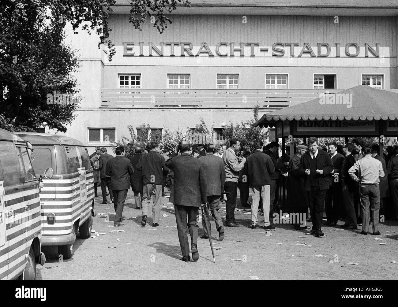 football, Bundesliga, 1966/1967, Stadium at the Hamburger Strasse, Eintracht Brunswick versus Borussia Moenchengladbach 2:1, spectators walking to the stadium - Stock Image