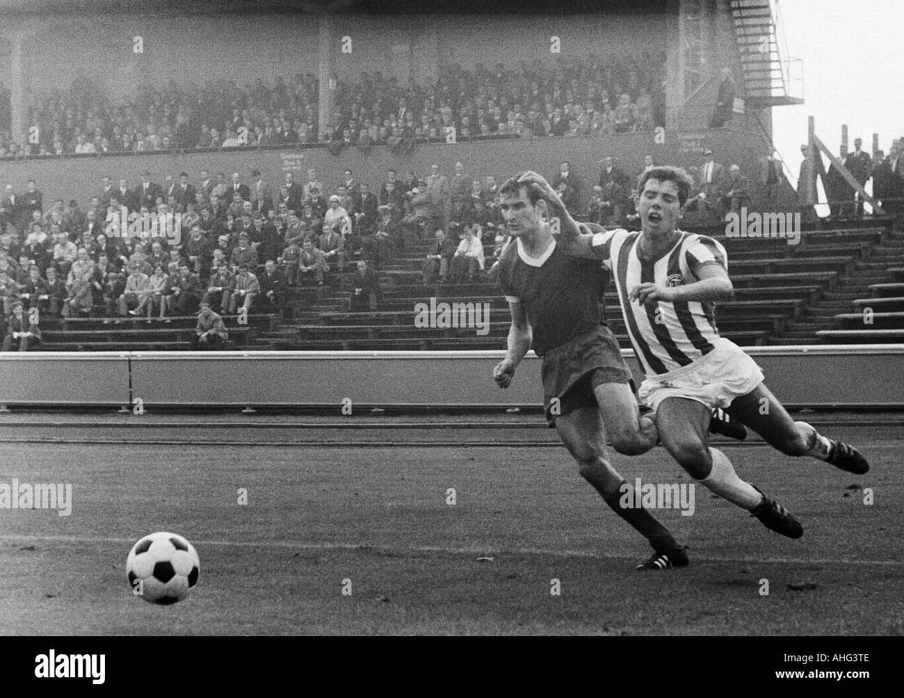 football, Regionalliga West, 1967/1968, Niederrhein Stadium in Oberhausen, Rot-Weiss Oberhausen versus Arminia Bielefeld 2:2, scene of the match, duel between Dieter Hentschel (RWO, left) and Dietmar Erler (Bielefeld) - Stock Image