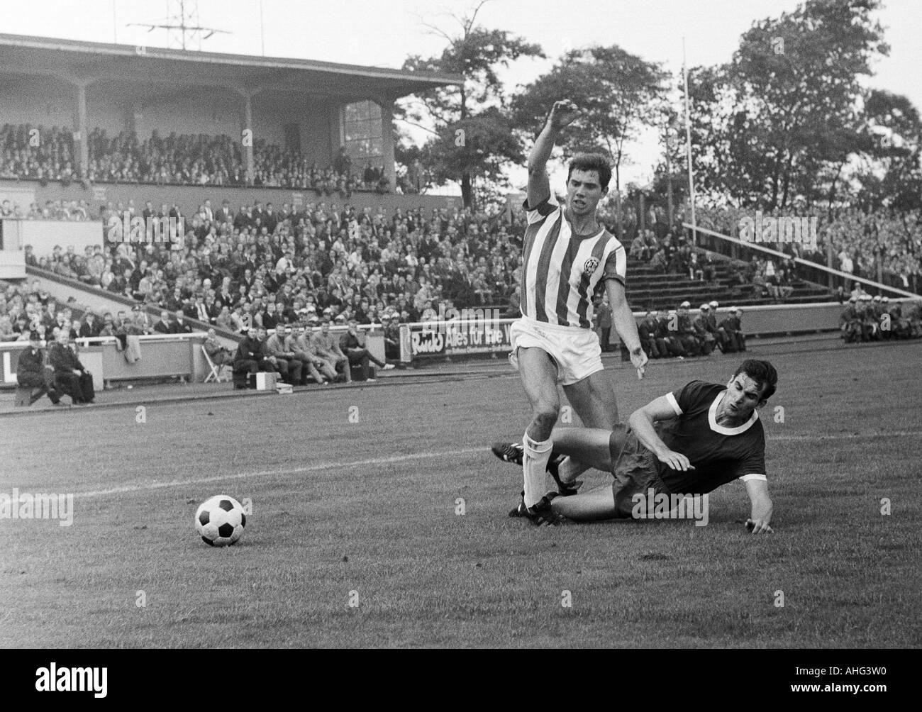 football, Regionalliga West, 1967/1968, Niederrhein Stadium in Oberhausen, Rot-Weiss Oberhausen versus Arminia Bielefeld 2:2, scene of the match, duel between Dietmar Erler (Bielefeld, left) and Dieter Hentschel (RWO) - Stock Image