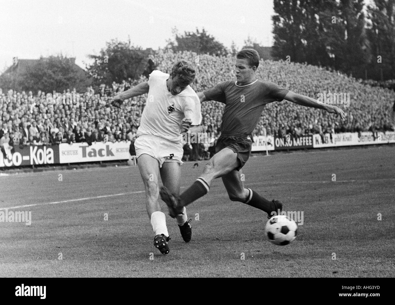 football, Bundesliga, 1967/1968, Borussia Moenchengladbach versus 1. FC Kaiserslautern 8:2, Boekelberg Stadium, scene of the match, duel between Herbert Wimmer (MG) left and Otto Rehagel (FCK) - Stock Image