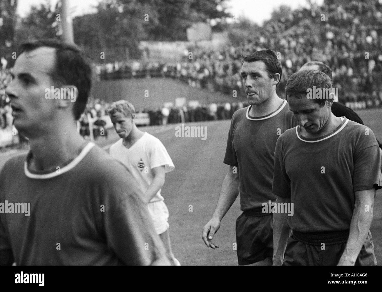 football, Bundesliga, 1967/1968, Borussia Moenchengladbach versus 1. FC Kaiserslautern 8:2, Boekelberg Stadium, football players leaving the pitch, f.l.t.r. Gerd Roggensack (FCK), Berti Vogts (MG), Bernd Windhausen (FCK), Helmut Kapitulski (FCK) - Stock Image