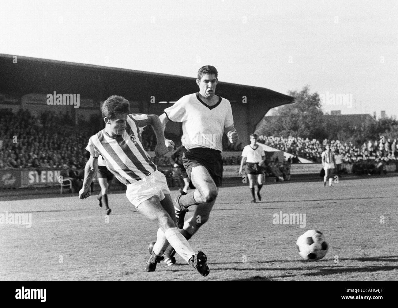 football, Regionalliga West, 1967/1968, ETB Schwarz-Weiss Essen versus Arminia Bielefeld 0:4, Stadium am Uhlenkrug in Essen, scene of the match, duel between Heinz Dieter Loemm (Bielefeld, left) and Hans Huelsmann (ETB), behind Guenter Leufgen (ETB) - Stock Image