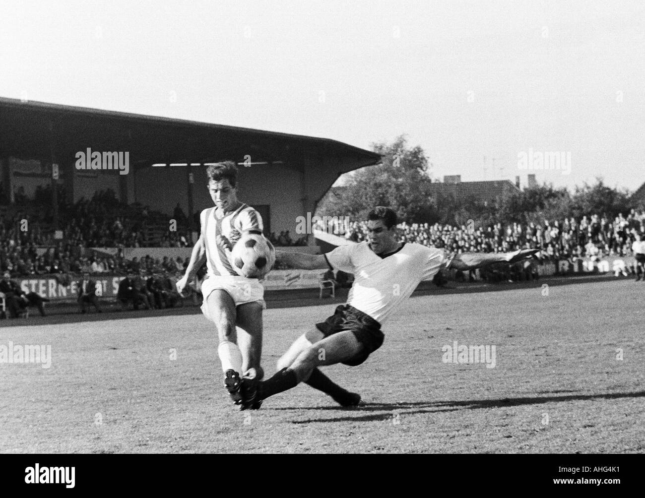football, Regionalliga West, 1967/1968, ETB Schwarz-Weiss Essen versus Arminia Bielefeld 0:4, Stadium am Uhlenkrug in Essen, scene of the match, duel between Dietmar Erler (Bielefeld, left) and Hans Huelsmann (ETB) - Stock Image