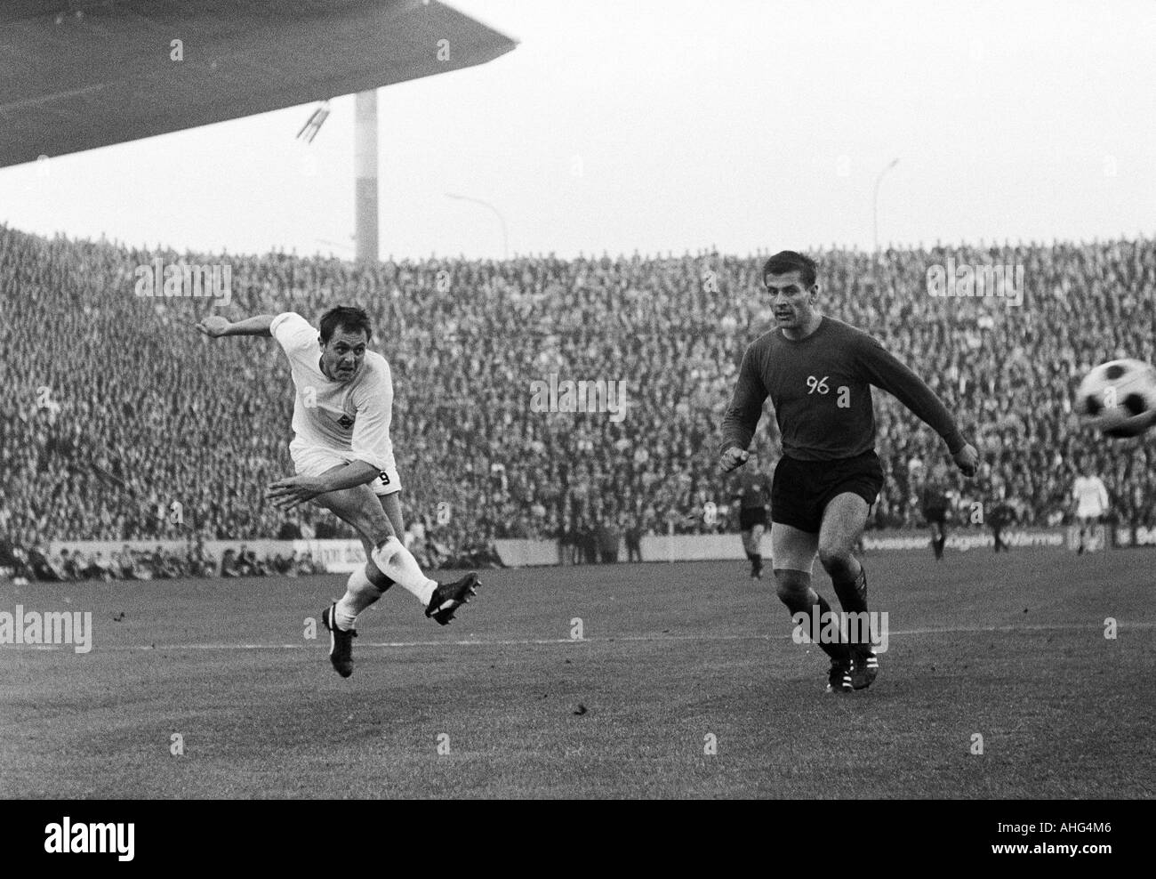 football, Bundesliga, 1967/1968, Borussia Moenchengladbach versus Hanover 96 5:1, Boekelberg Stadium, scene of the match, Peter Meyer (Gladbach) shots on goal, right Christian Breuer (96) - Stock Image