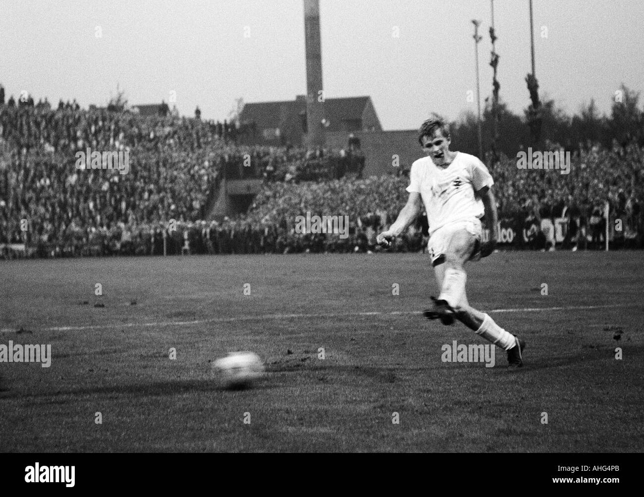 football, Bundesliga, 1967/1968, Borussia Moenchengladbach versus Borussia Dortmund 2:2, Boekelberg Stadium, scene of the match, Klaus Ackermann (Gladbach) shots on goal - Stock Image