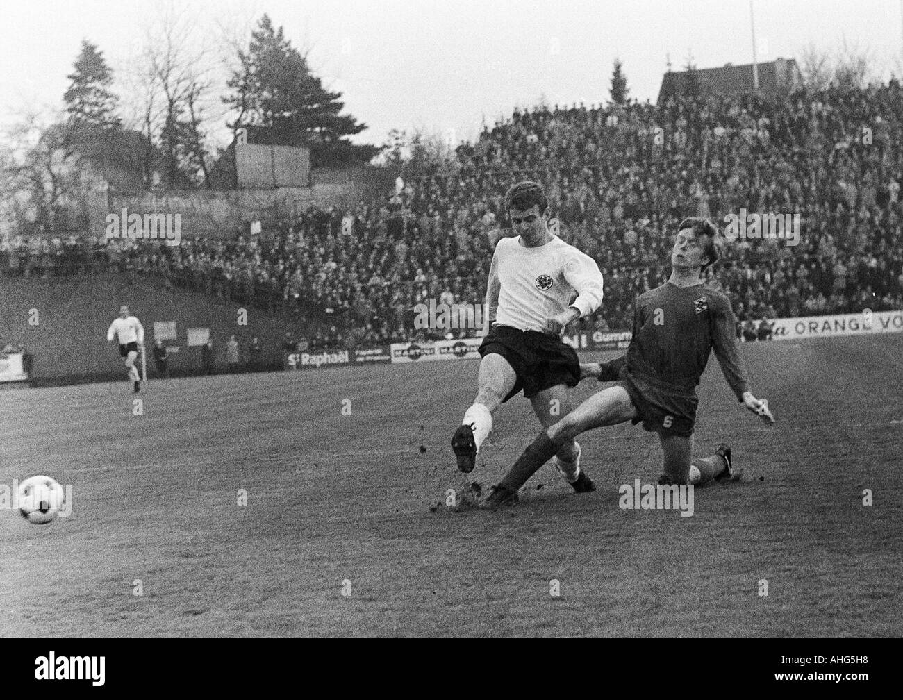 football, Bundesliga, 1968/1969, Borussia Moenchengladbach versus Eintracht Frankfurt 2:3, Boekelberg Stadium, scene of the match, duel between Bernd Hoelzenbein (Frankfurt) left and Winfried Schaefer (MG) - Stock Image
