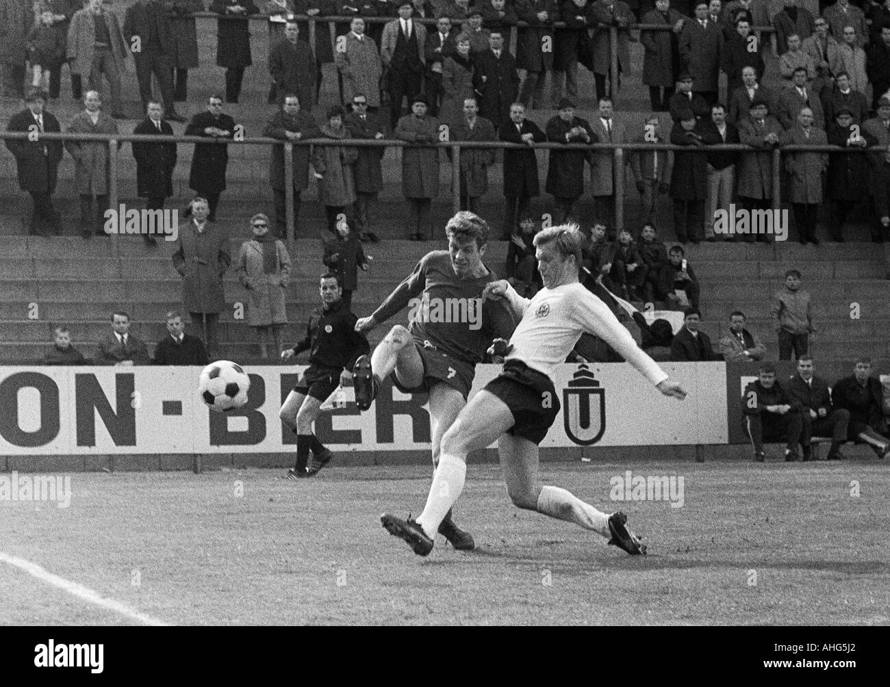 football, Bundesliga, 1968/1969, Borussia Moenchengladbach versus Eintracht Frankfurt 2:3, Boekelberg Stadium, scene of the match, duel between Herbert Wimmer (Gladbach) left and Lothar Schaemer (Frankfurt) - Stock Image