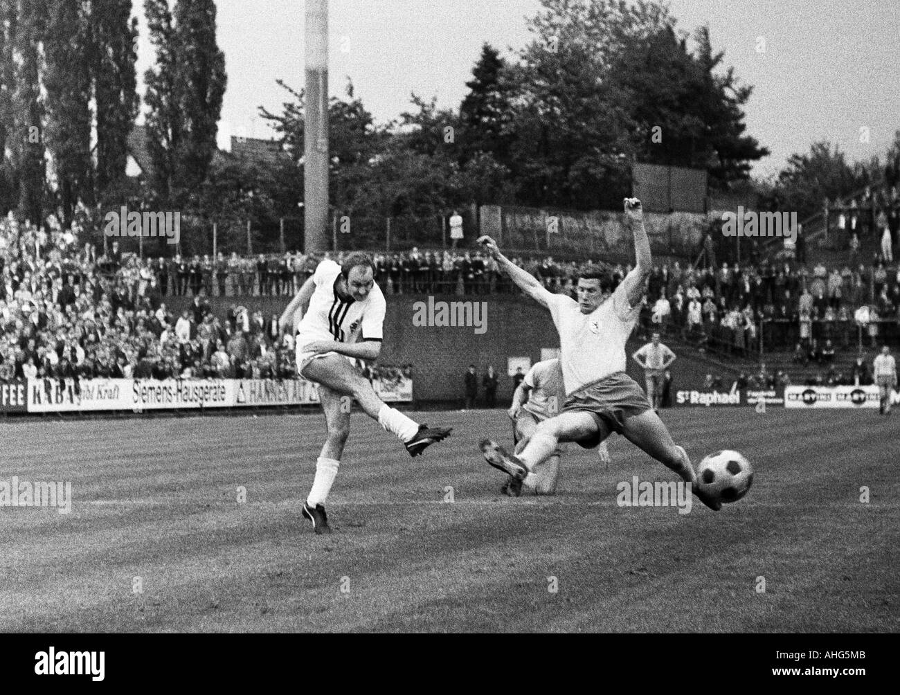 football, Bundesliga, 1968/1969, Boekelberg Stadium, Borussia Moenchengladbach versus Eintracht Brunswick 1:1, scene of the match, Horst Koeppel (Gladbach) left shots on goal, right Franz Merkhoffer (Braunschweig) - Stock Image