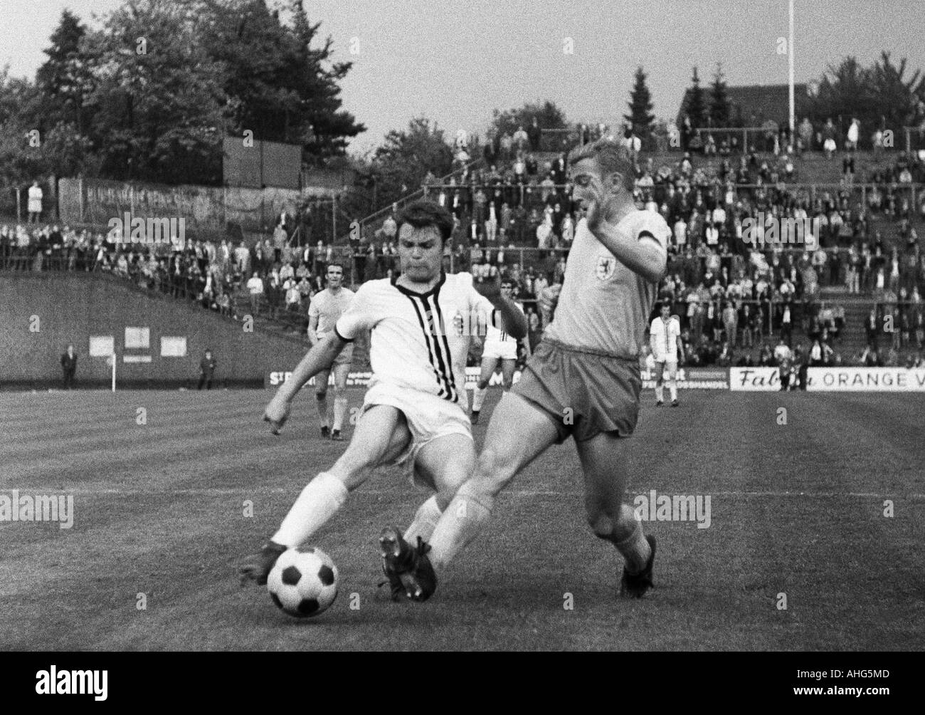 football, Bundesliga, 1968/1969, Boekelberg Stadium, Borussia Moenchengladbach versus Eintracht Brunswick 1:1, scene of the match, duel between Herbert Laumen (Gladbach) left and Peter Kaack (Braunschweig) - Stock Image