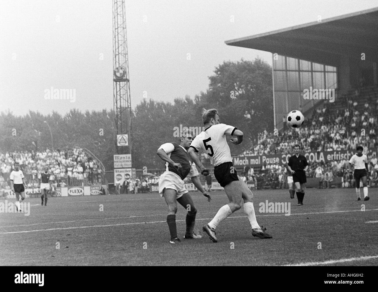 football, friendly game, 1969, Stadium an der Hafenstrasse in Essen, Rot-Weiss Essen versus Eintracht Frankfurt 2:1, scene of the match, duel between Helmut Littek (RWE) left and Lothar Schaemer (Frankfurt, 5) - Stock Image