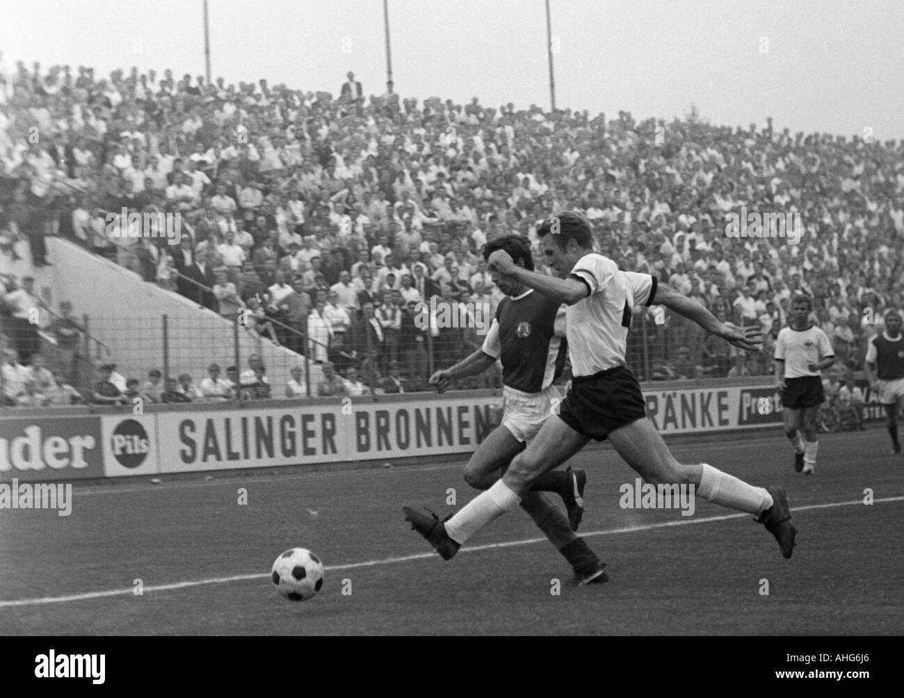 football, friendly game, 1969, Stadium an der Hafenstrasse in Essen, Rot-Weiss Essen versus Eintracht Frankfurt 2:1, scene of the match, duel between Herbert Weinberg (RWE) left and Dieter Lindner (Frankfurt) - Stock Image