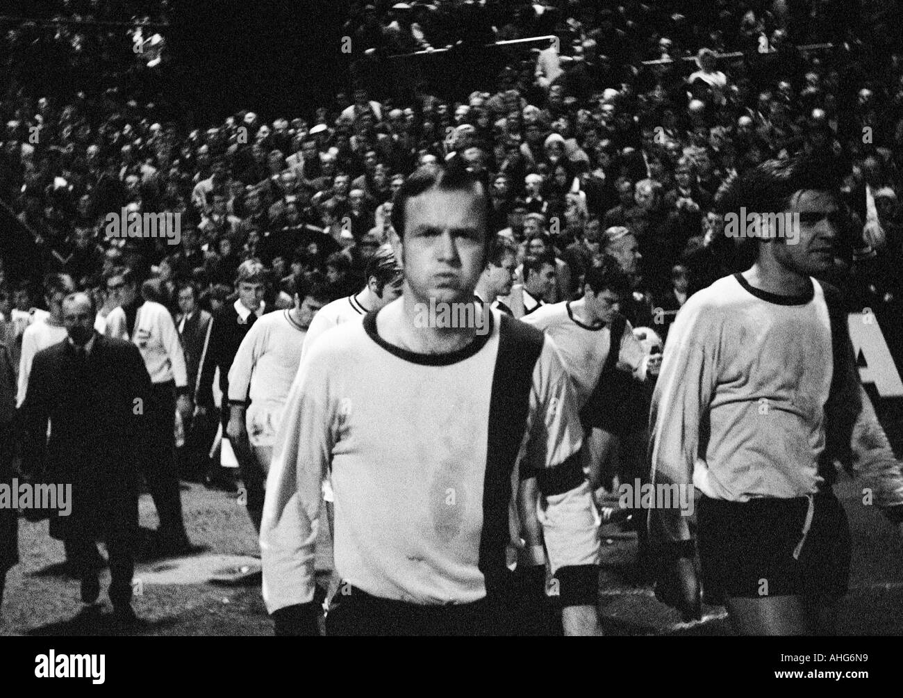 football, Bundesliga, 1969/1970, Borussia Moenchengladbach versus Alemannia Aix-La-Chapelle 5:1, Boekelberg Stadium, football players come in the stadium, ahead Erwin Hoffmann (Aachen) links and Rolf Pawellek (Aachen) rechts - Stock Image