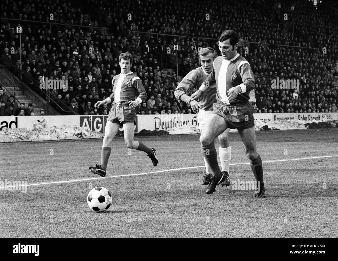 football, Bundesliga, 1969/1970, Borussia Moenchengladbach versus 1860 Munich 3:1, Boekelberg Stadium, scene of the match, f.l.t.r. Herbert Wimmer (Gladbach), Horst Blankenburg (1860), Ludwig Mueller (Gladbach) - Stock Image