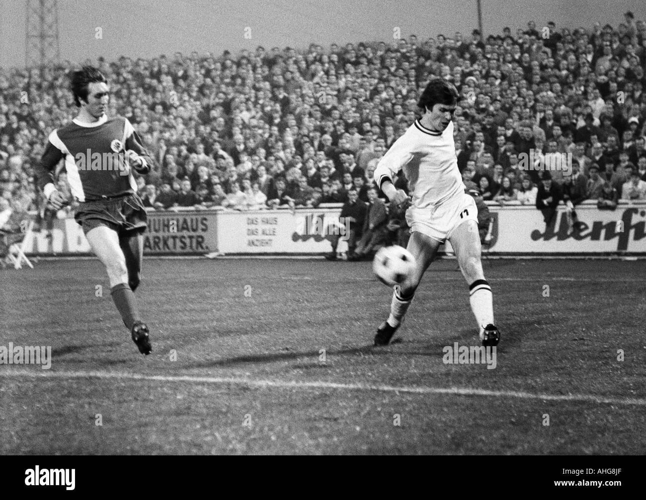 football, Bundesliga, 1969/1970, Rot-Weiss Oberhausen versus Borussia Moenchengladbach 3:4, Niederrhein Stadium in Oberhausen, scene of the match, cross by Ulrik le Fevre (Gladbach) right, left Guenter Karbowiak (Oberhausen) - Stock Image