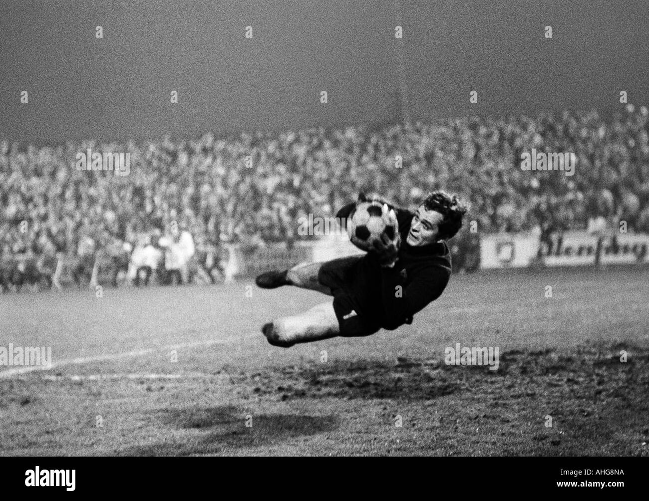 football, Bundesliga, 1969/1970, Rot-Weiss Oberhausen versus Borussia Moenchengladbach 3:4, Niederrhein Stadium in Oberhausen, scene of the match, flying save by keeper Volker Danner (Gladbach) - Stock Image