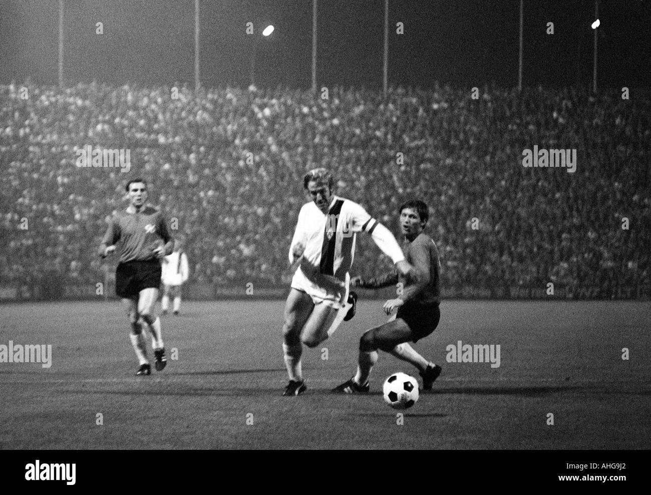 football, Bundesliga, 1970/1971, Borussia Moenchengladbach versus Hanover 96 0:0, Boekelberg Stadium, scene of the match, f.l.t.r. Claus Brune (96), Guenter Netzer (MG), Hans Josef Hellingrath (96) - Stock Image