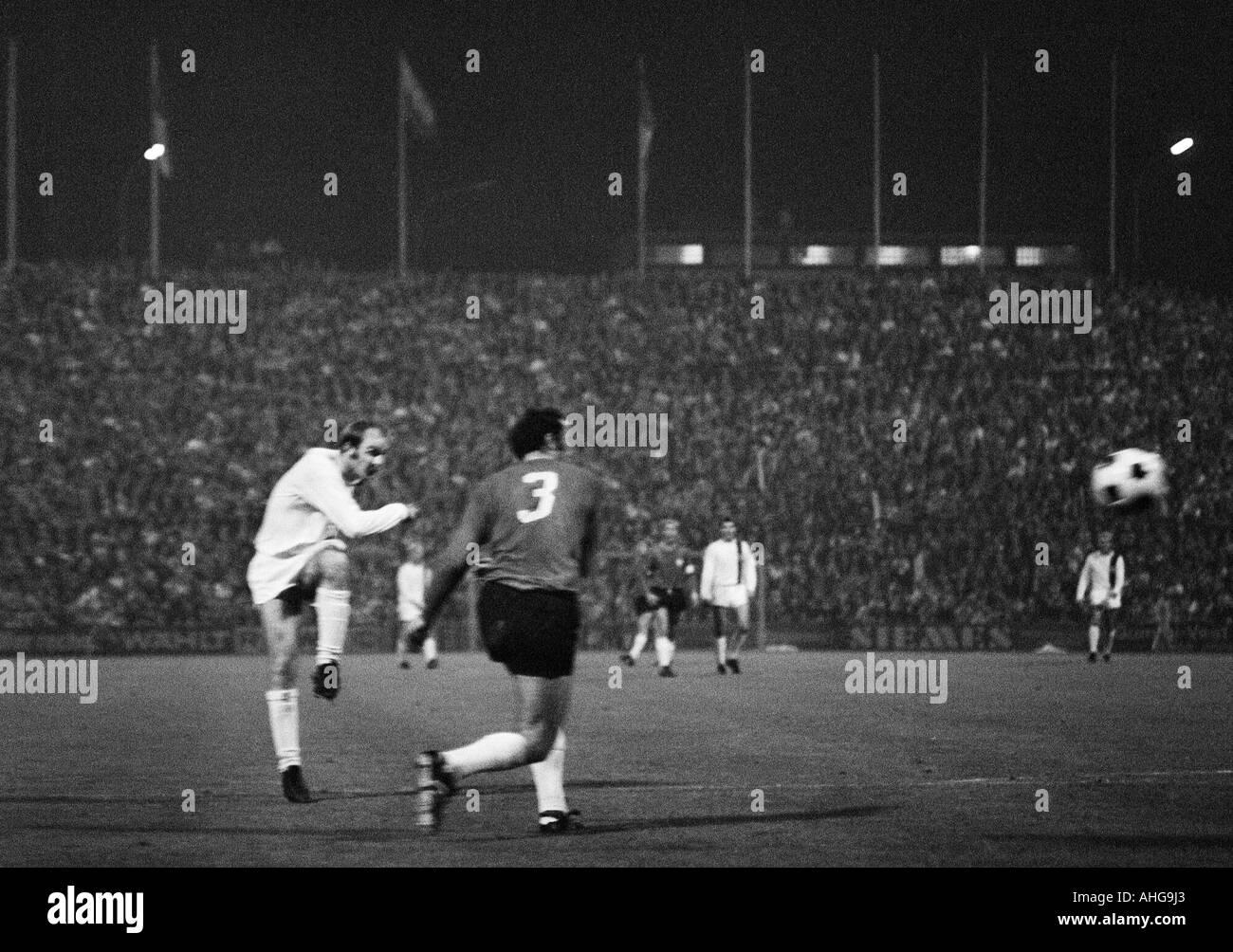football, Bundesliga, 1970/1971, Borussia Moenchengladbach versus Hanover 96 0:0, Boekelberg Stadium, scene of the match, Horst Koeppel (MG) shots on goal and Klaus Bohnsack (96, 3) - Stock Image