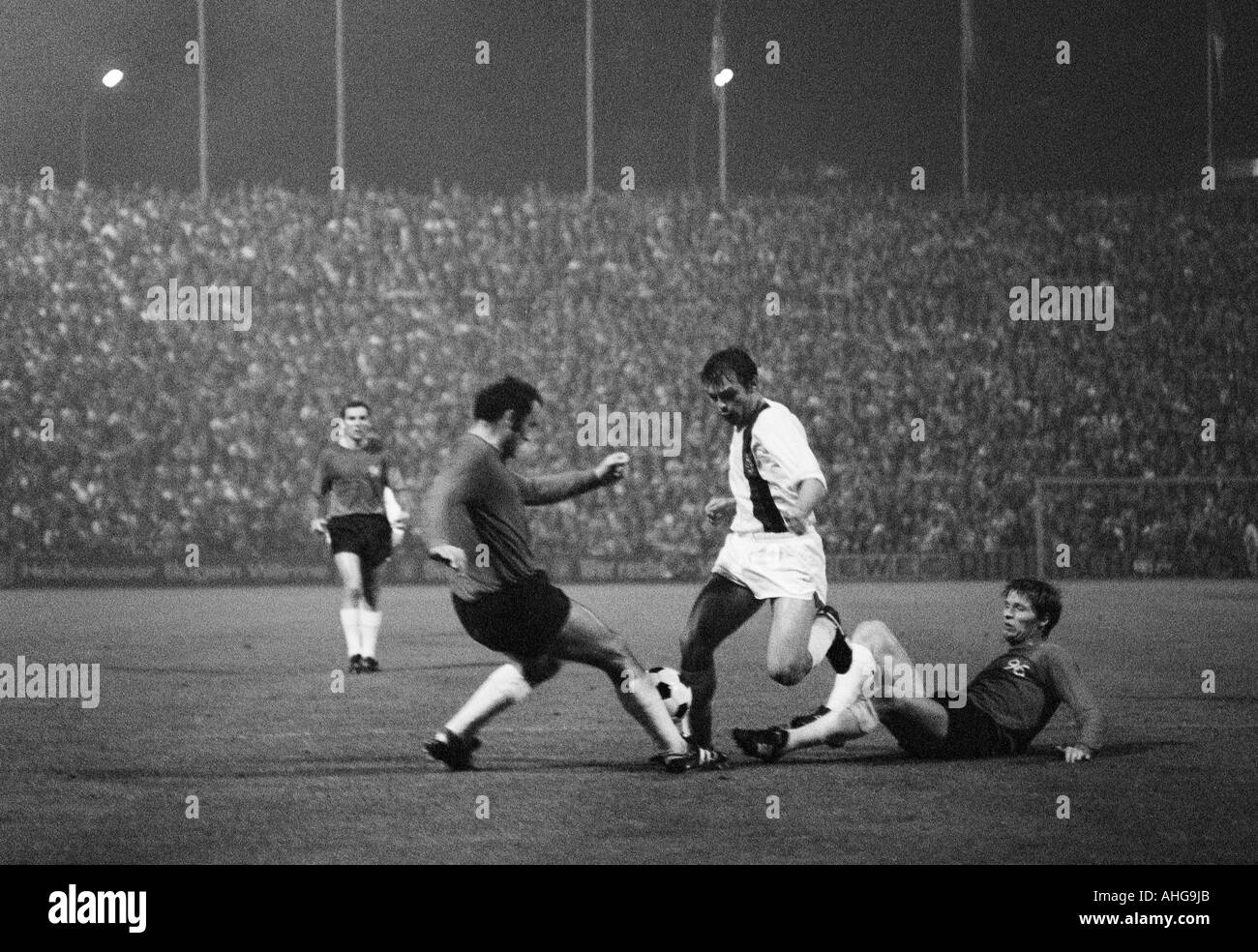 football, Bundesliga, 1970/1971, Borussia Moenchengladbach versus Hanover 96 0:0, Boekelberg Stadium, scene of the match, f.l.t.r. Claus Brune, Klaus Bohnsack (both 96), Herbert Laumen (MG), Hans Josef Hellingrath (96) - Stock Image