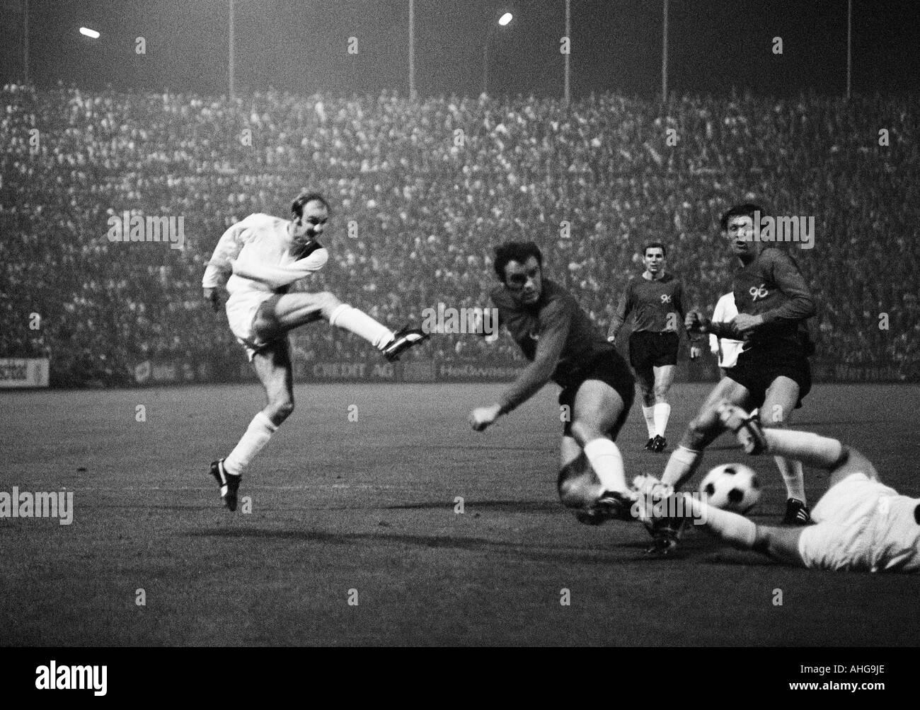 football, Bundesliga, 1970/1971, Borussia Moenchengladbach versus Hanover 96 0:0, Boekelberg Stadium, scene of the match, f.l.t.r. Horst Koeppel (MG) shots on goal, Klaus Bohnsack, Claus Brune, Hans Josef Hellingrath (all 96) - Stock Image