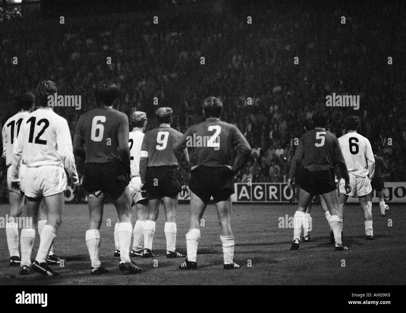 football, Bundesliga, 1970/1971, Borussia Moenchengladbach versus Hanover 96 0:0, Boekelberg Stadium, scene of the match, Gladbach and Hannover players all photographed from behind wait for a free kick - Stock Image