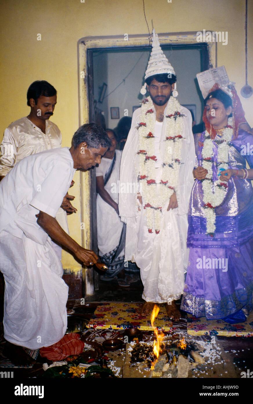 39084151b0377 Calcutta India Hindu Wedding Bride Groom Walking Round Fire Stock ...