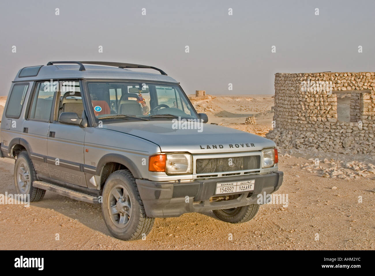 land rover discovery in the desert - Stock Image