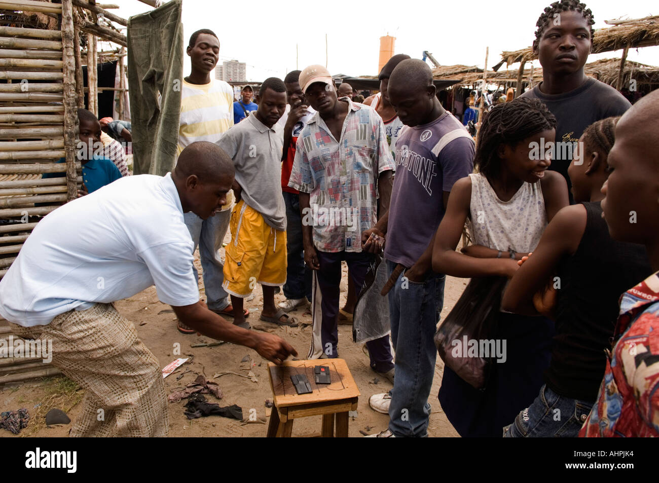 Gambling games are common entertainement in the market, Tchungamoyo market, Beira, Mozambique - Stock Image