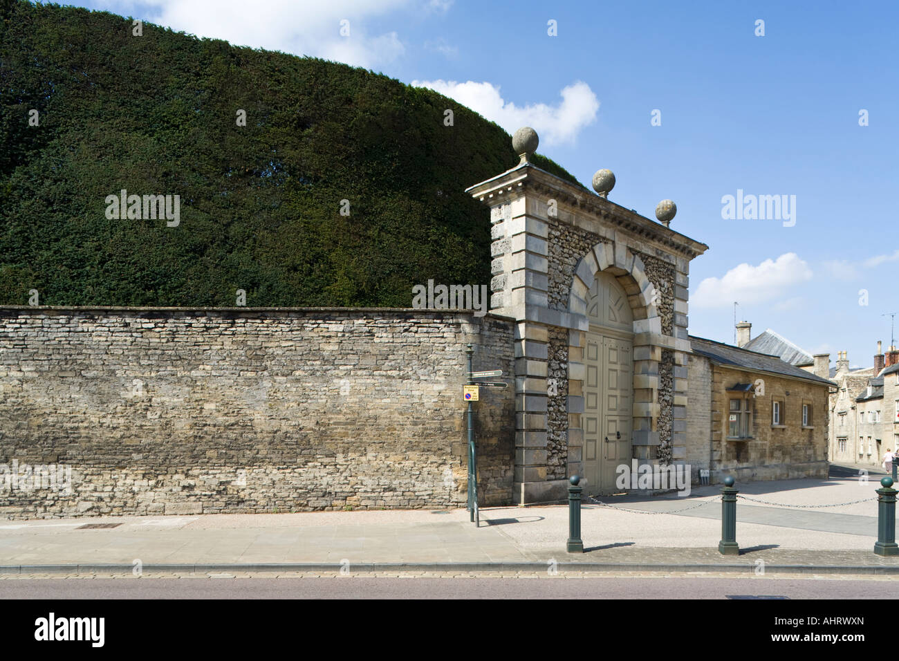 The main gates to Cirencester Park with the famous yew hedge  in the Cotswold town of Cirencester, Gloucestershire - Stock Image