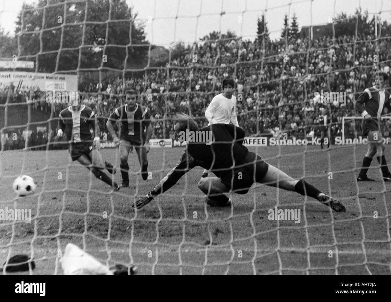 football, Bundesliga, 1970/1971, Boekelberg Stadium, Borussia Moenchengladbach versus 1. FC Cologne 1:1, scene of the match, f.l.t.r. Horst Koeppel, Herbert Laumen (both MG), keeper Manfred Manglitz, Werner Biskup (both Koeln), Herbert Wimmer (MG) - Stock Image