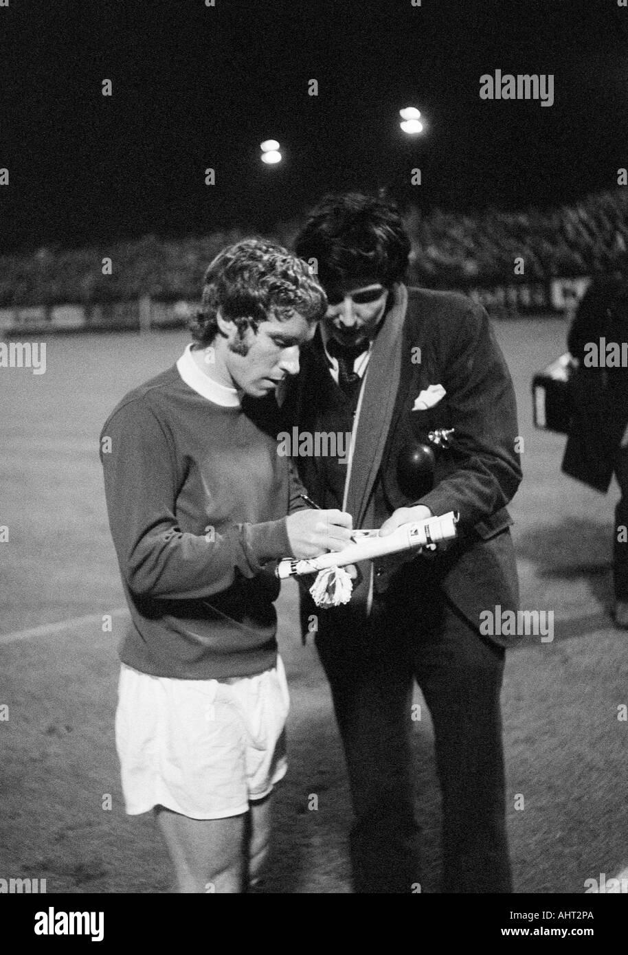 football, European Cup, eighth final, first leg, 1970/1971, Boekelberg Stadium in Moenchengladbach, Borussia Moenchengladbach versus FC Everton 1:1, football player, Alan Ball (Everton) gives an autograph to a football fan - Stock Image