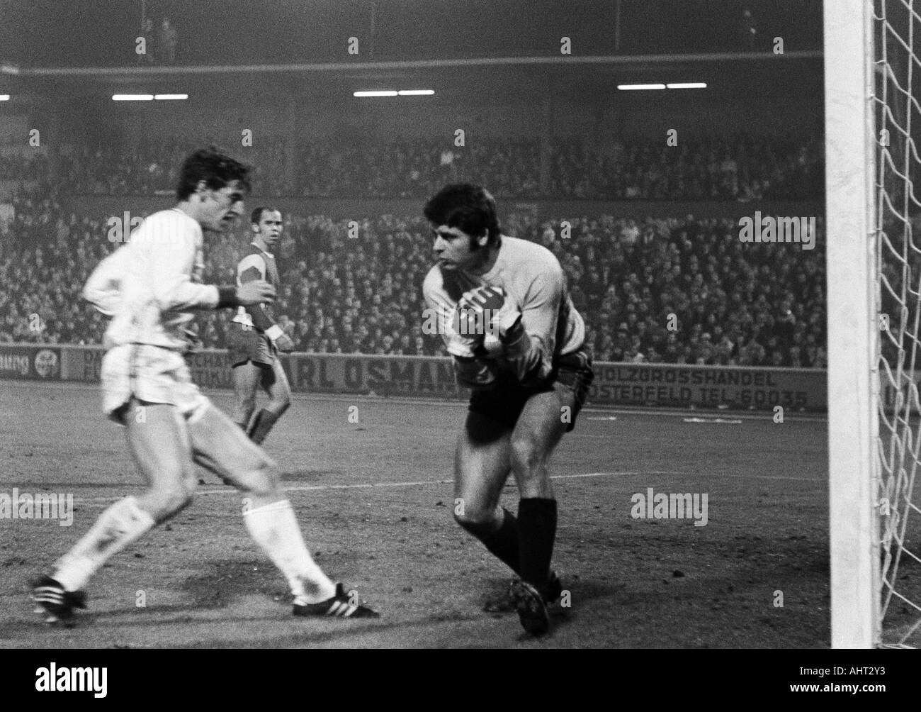 football, Bundesliga, 1970/1971, Niederrhein Stadium in Oberhausen, Rot-Weiss Oberhausen versus FC Bayern Munich 0:4, scene of the match, f.l.t.r. Edgar Schneider (FCB), Hermann Josef Wilbertz, keeper Wolfgang Scheid (both OB) - Stock Image