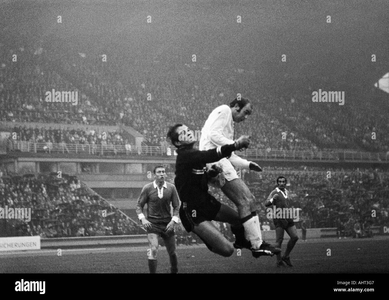 football, Bundesliga, 1970/1971, Wedau Stadium in Duisburg, MSV Duisburg versus Borussia Moenchengladbach 1:1, scene of the match, f.l.t.r. Kurt Rettkowski, keeper Volker Danner (both MSV), Horst Koeppel (MG), Djordje Pavlic (MSV) - Stock Image