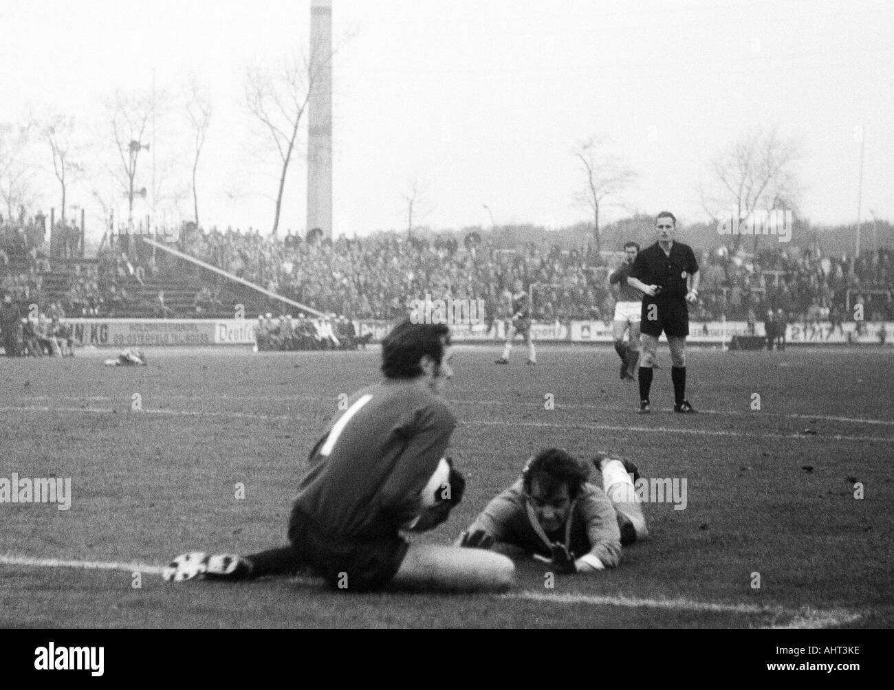 football, Bundesliga, 1970/1971, Niederrhein Stadium, Rot-Weiss Oberhausen versus Kickers Offenbach 2:2, scene of the match, f.l.t.r. keeper Karlheinz Volz (OFC), Franz Krauthausen (RWO), referee Guenter Linn from Altendiez - Stock Image