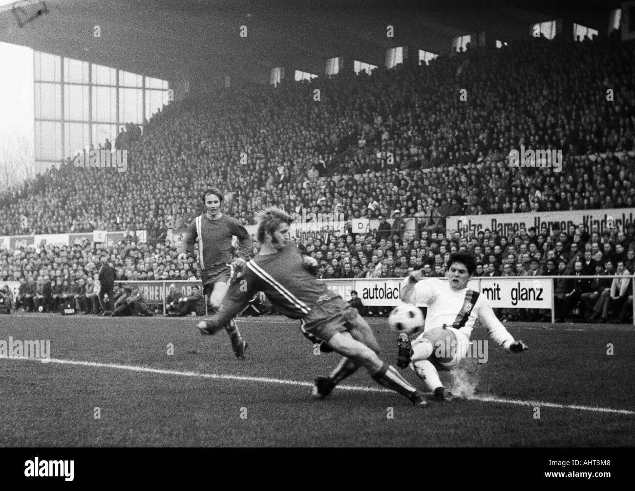 football, Bundesliga, 1970/1971, Stadium at the Hafenstrasse in Essen, Rot-Weiss Essen versus Borussia Moenchengladbach 1:2, scene of the match, f.l.t.r. Wolfgang Rausch, Peter Czernotzky (both RWE), Heinz Wittmann (MG) - Stock Image