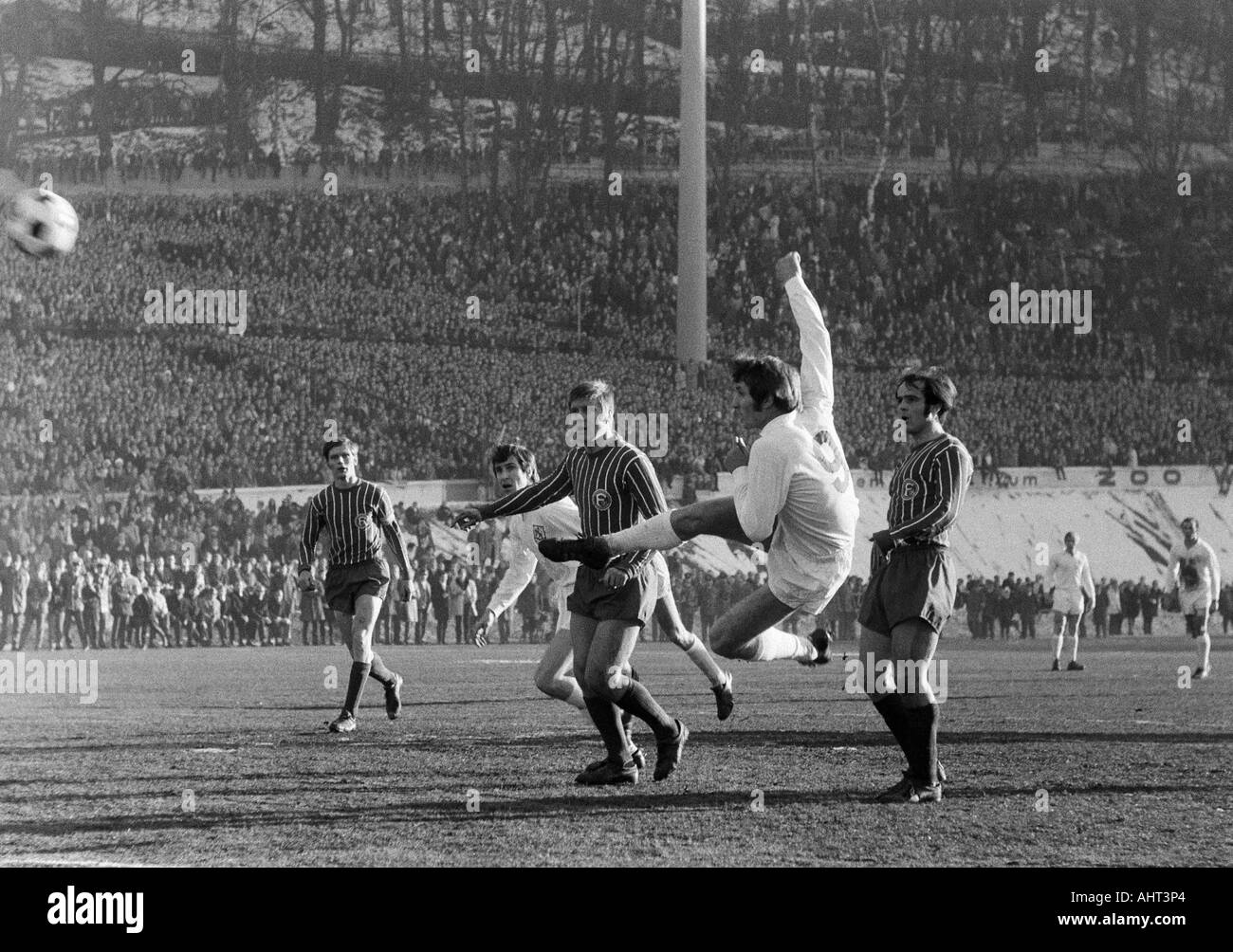 football, Regionalliga West, 1970/1971, Stadium am Zoo in Wuppertal, Wuppertaler SV versus Fortuna Duesseldorf 1:1, scene of the match, f.l.t.r. Fred Hesse (Ddorf), Gustav Jung (WSV), Werner Lungwitz (Ddorf), Guenter Proepper (WSV) with a volley, Egon Koe - Stock Image