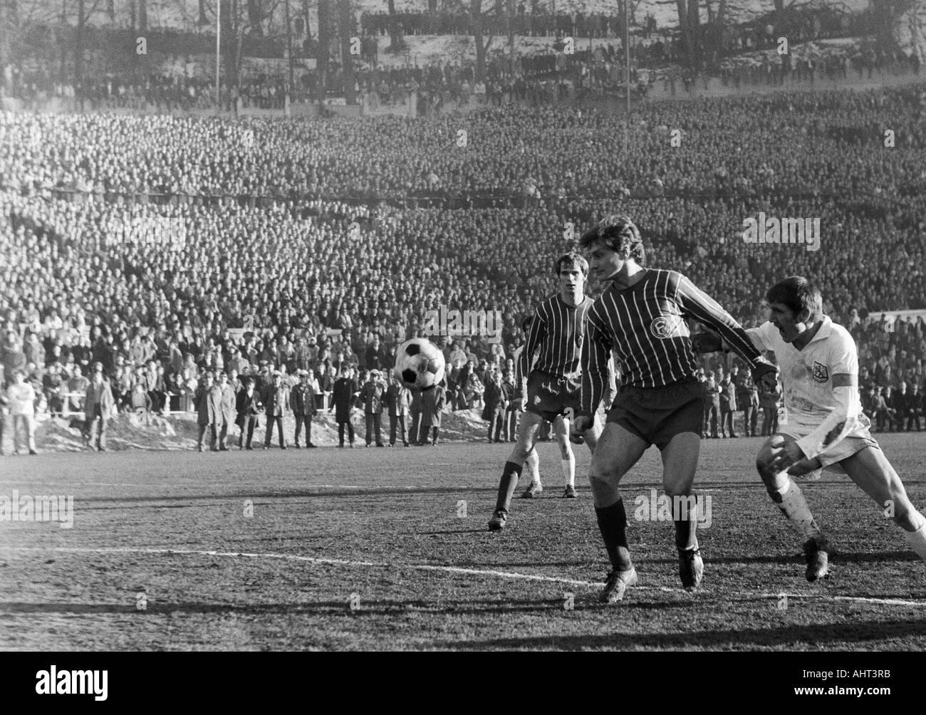 football, Regionalliga West, 1970/1971, Stadium am Zoo in Wuppertal, Wuppertaler SV versus Fortuna Duesseldorf 1:1, scene of the match, f.l.t.r. Werner Kriegler (Ddorf), Dieter Herzog (Ddorf), Manfred Reichert (WSV) - Stock Image