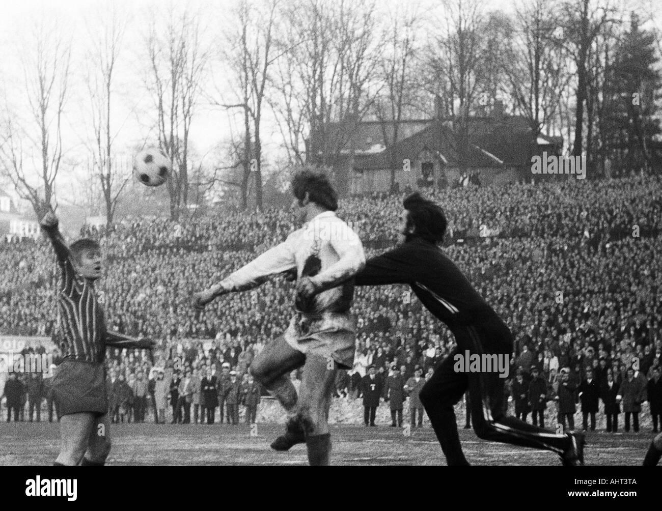 football, Regionalliga West, 1970/1971, Stadium am Zoo in Wuppertal, Wuppertaler SV versus Fortuna Duesseldorf 1:1, scene of the match, f.l.t.r. Werner Lungwitz (Ddorf), Guenter Proepper (WSV), keeper Bernd Franke (Ddorf) - Stock Image