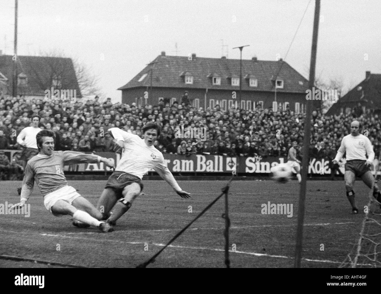 football, Bundesliga, 1970/1971, Boekelberg Stadium, Borussia Moenchengladbach versus Hamburger SV 3:0, scene of the match, f.l.t.r. Juergen Kurbjuhn (HSV), Jupp Heynckes (MG), Peter Nogly, Charly Doerfel (both HSV) - Stock Image