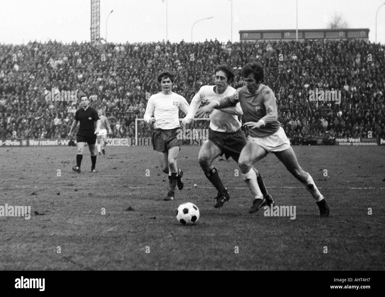 football, Bundesliga, 1970/1971, Boekelberg Stadium, Borussia Moenchengladbach versus Hamburger SV 3:0, scene of the match, f.l.t.r. referee Gert Meuser from Ingelheim, Hans Juergen Hellfritz, Juergen Kurbjuhn (both HSV), Jupp Heynckes (MG) - Stock Image