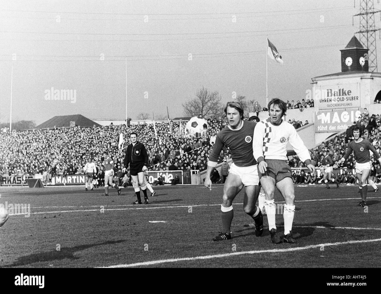 football, Bundesliga, 1970/1971, Niederrhein Stadium, Rot-Weiss Oberhausen versus Rot-Weiss Essen 0:0, scene of the match, f.l.t.r. referee Alfons Betz from Regensburg, Lothar Kobluhn (RWO), Wolfgang Rausch (RWE), Wolfgang Suehnholz (RWO) - Stock Image