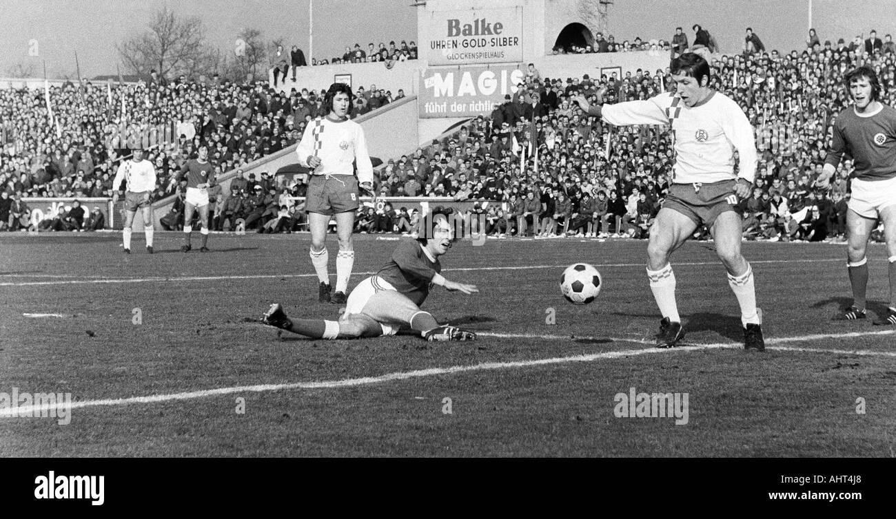 football, Bundesliga, 1970/1971, Niederrhein Stadium, Rot-Weiss Oberhausen versus Rot-Weiss Essen 0:0, scene of the match, ahead f.l.t.r. Dieter Bast (RWE), Hans Fritsche (RWO), Roland Peitsch (RWE), Wolfgang Suehnholz (RWO) - Stock Image