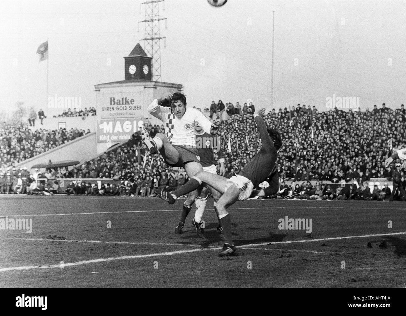 football, Bundesliga, 1970/1971, Niederrhein Stadium, Rot-Weiss Oberhausen versus Rot-Weiss Essen 0:0, scene of the match, Roland Peitsch (RWE) left and two Oberhausen players - Stock Image