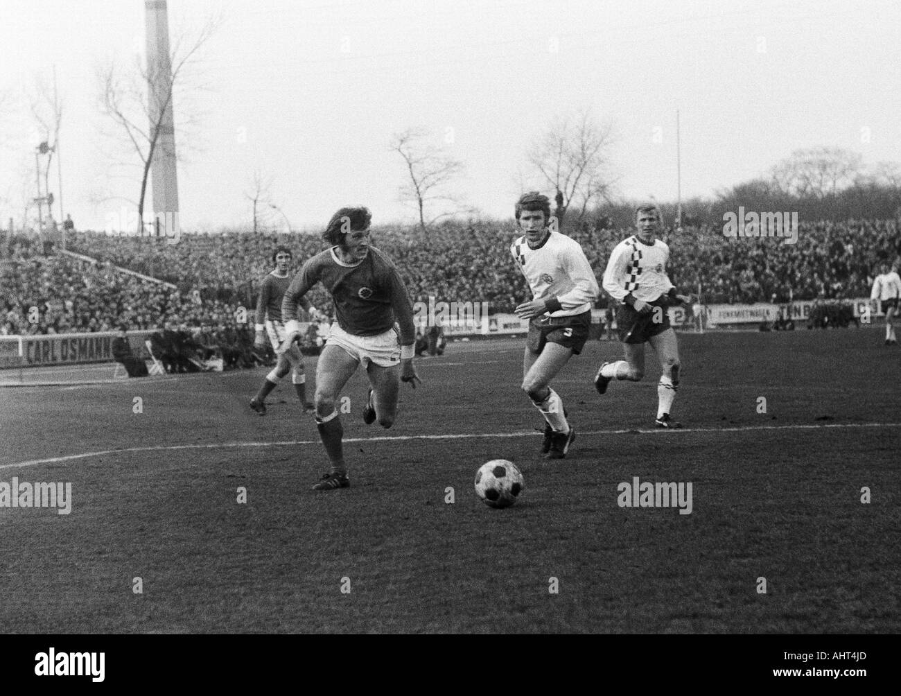 football, Bundesliga, 1970/1971, Niederrhein Stadium, Rot-Weiss Oberhausen versus Rot-Weiss Essen 0:0, scene of the match, f.l.t.r. Guenter Karbowiak, Wolfgang Suehnholz (both RWO), Hermann Erlhoff, Heinz Stauvermann (both RWE) - Stock Image