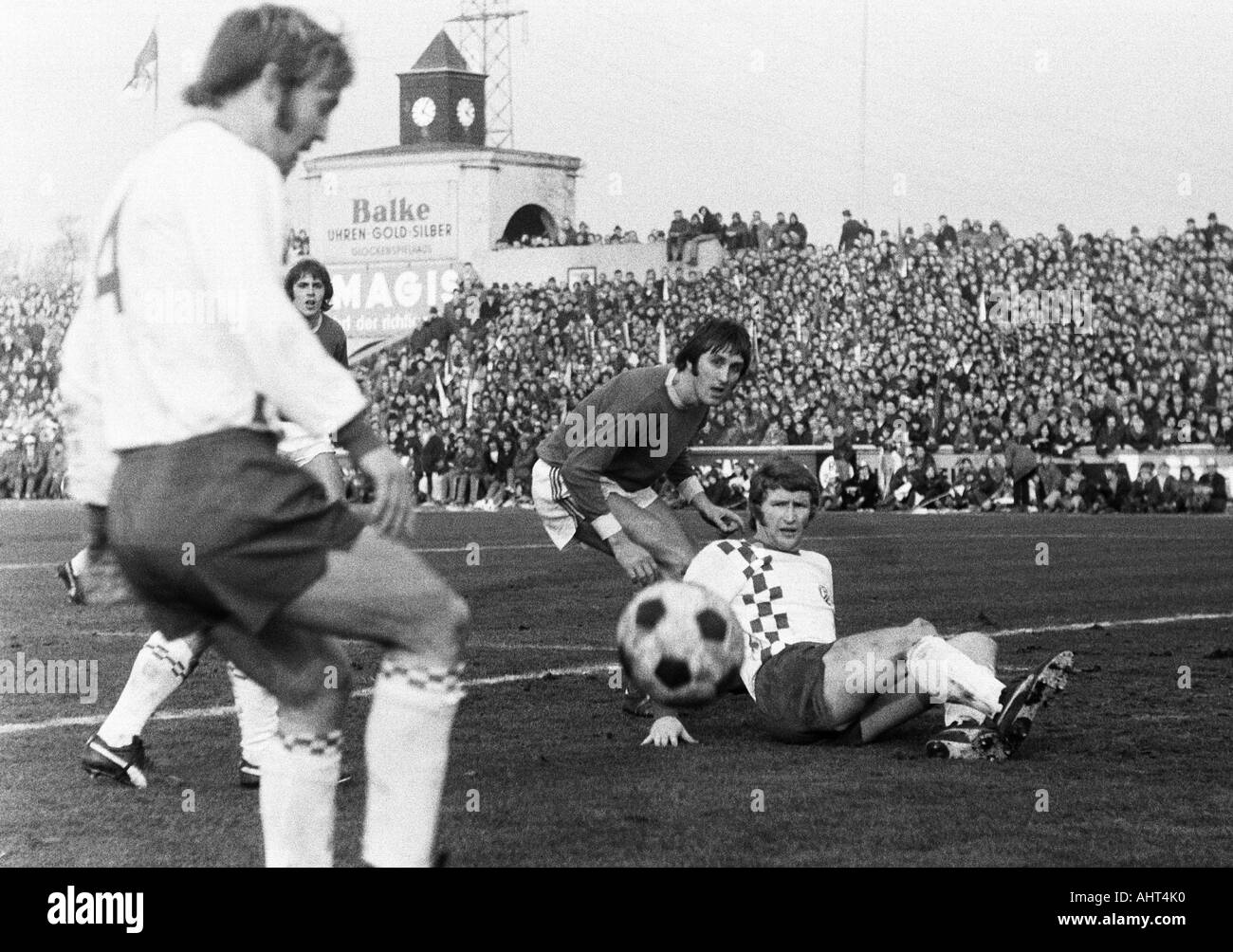 football, Bundesliga, 1970/1971, Niederrhein Stadium, Rot-Weiss Oberhausen versus Rot-Weiss Essen 0:0, scene of the match, f.l.t.r. Wolfgang Rausch (RWE), Hans Fritsche, Guenter Karbowiak (both RWO), Hermann Erlhoff (RWE) - Stock Image